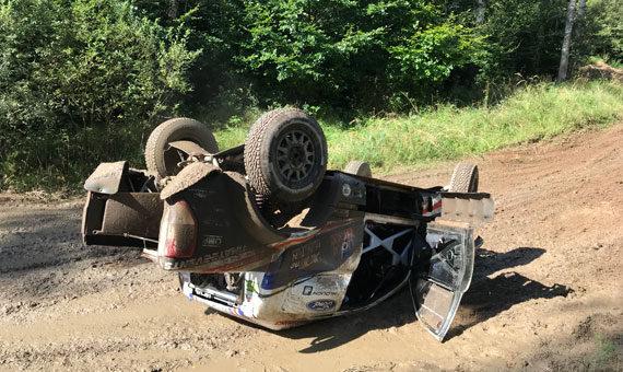 Ani převrácený Ford Ranger posádku týmu South Racing CE nezastavil