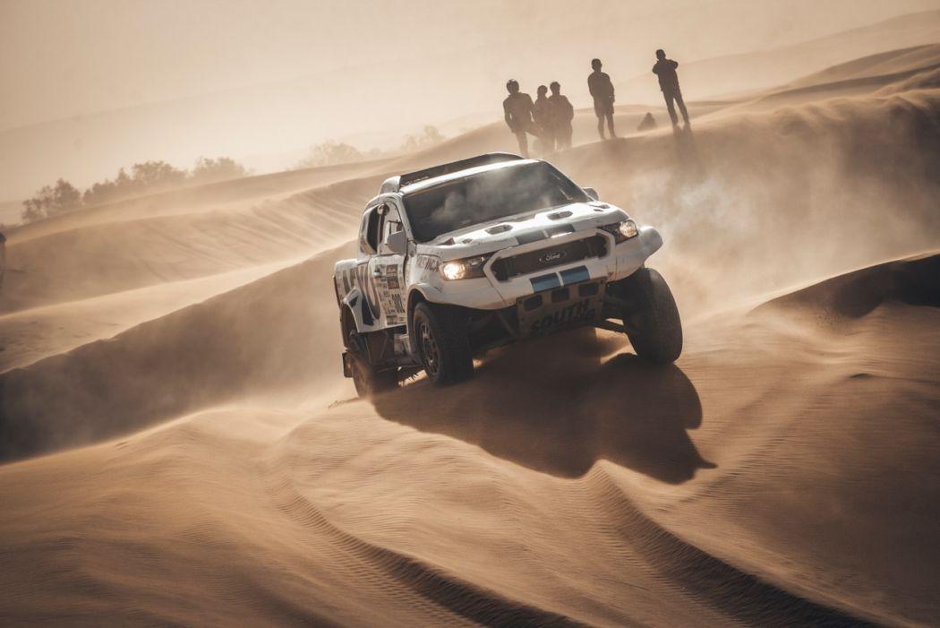Čechům hořelo auto v dunách