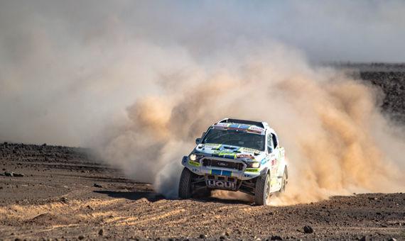Čtvrtá etapa Rallye Dakar: Ouředníček sKřípalem přes kameny doskákali pro 25. místo